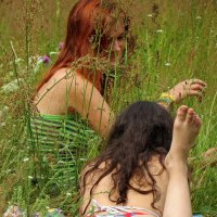 девушки в траве :: Владимир В