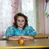 Рита с яблоком :: Александр Мартусов