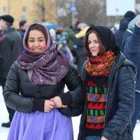 Северодвинск. Масленица. Черноглазая и голубоглазая :: Владимир Шибинский