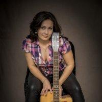 Девушка с гитарой 2. :: Андрей Печерский
