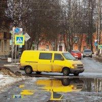 Отражение желтой машины в весенней луже :: Фотогруппа Весна.