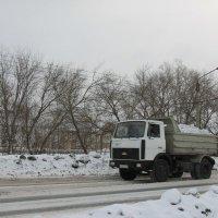 Снег вывозят :: Олег Афанасьевич Сергеев