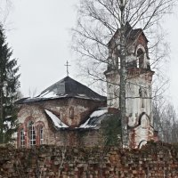 Стена Реконьского монастыря. За стеной кладбище и Покровская церковь :: Елена Павлова (Смолова)