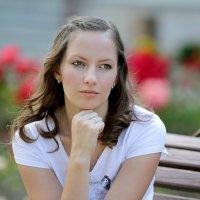 Портрет девушки на фоне цветов :: Vladimir 070549