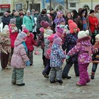 Северодвинск. Масленица. На детской площадке :: Владимир Шибинский