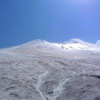 Здесь рождаются реки. Северный склон Эльбруса. Слева на восточной вершине видны скалы Ленца :: Vladimir 070549