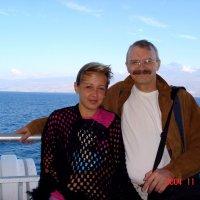 Счастливые люди на продуваемой всеми ветрами палубе... :: Владимир Смольников