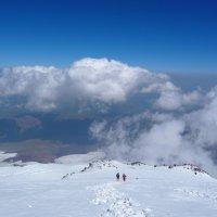Спуск с вершины Эльбруса. Высота около 5300 м. Впереди скалы Ленца :: Vladimir 070549