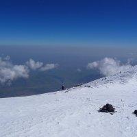 Последние шаги к вершине Эльбруса самые трудные. Высота восточной вершины 5621м :: Vladimir 070549