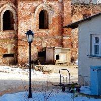 Охраняет старые стены монастыря :: Svetlana27