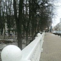 Белоснежный забор среди серого марта... :: Ольга Кривых