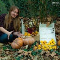 Девушка с тыквами и яблоками :: Надежда Халимончук