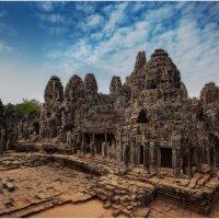 Ангко́р-Ват —гигантский индуистский храмовый комплекс в Камбодже, посвящённый богу Вишну. :: Александр Вивчарик