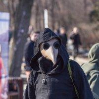 Чумной доктор на празднике святого Патрика :: Дмитрий Сушкин