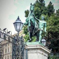 Конная статуя перед королевским дворцом :: Владимир. ВэВэ