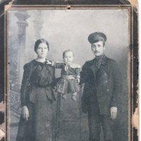 Бабушка, дедушка и мама (на табуреточке) :: Борис Соловьев