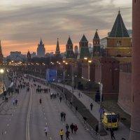 По вечерней набережной :: Алексей Окунеев