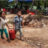 Будни Камбоджи...дети помогают взрослым зарабатывать... :: Александр Вивчарик