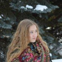 Девушка в платке... :: Ирина Артемова