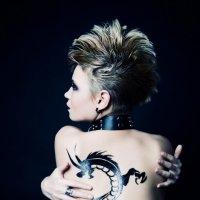 Девушка с татуировкой дракона :: Мария Сидорова
