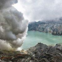 Вулканическое озеро Иджен :: Иван Евгеньев
