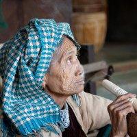Бабушка с сигарой. :: Олег Грачёв