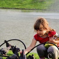 Девочка и голуби. :: юрий Амосов