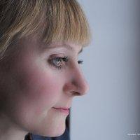 девушка, смотрящая в окно :: Ирина Корнеева