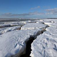 Северодвинск. Весна. Белое море. Над трещиной :: Владимир Шибинский