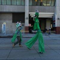 Зелёные человечки в Торонто... :: Юрий Поляков