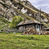 Дом у подножия горы :: Андрей Мичурин