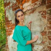 Девушка у стены :: Евгений Кузьминов