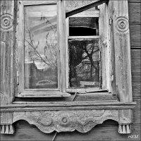 в одиноких окнах отражается дорога и церковь напротив :: Natalia Mihailova