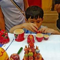 Тайский ребенок и русская игрушка :: Наталья Нарсеева