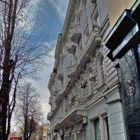 Здание с длинным балконом :: Александр Корчемный
