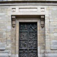 Двери храма Сен-Пьер-де-Монмартр :: Ольга