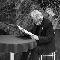 Мужчина за чтением литературного журнала к главном зале Правительства Москвы :: Полина Дюкарева