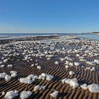 Северодвинск. Белое море. Весна наступает. На косе тысячи тающих льдинок :: Владимир Шибинский