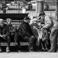 В сквере на скамейке :: Александр Степовой