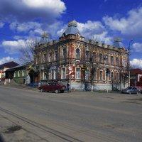 Дом на углу Куйбышевской и Красной, построен в 1907 году - памятник архитектуры 19 века местного зна :: Юрий Рачек