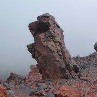Каменный страж на склоне Эльбруса. Высота около 3500 м. над уровнем моря :: Vladimir 070549