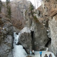 Туристы на замёрзшем водопаде (подо льдом бежит вода) :: Галина