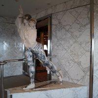 У входа в танцевальный зал корабля Ориана :: Natalia Harries
