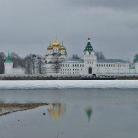У стен Ипатьевского монастыря, апрель :: Святец Вячеслав