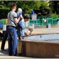 - Пап, я же не десантник, не кидай в фонтан! :: Андрей Lyz
