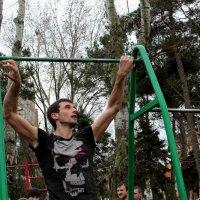 Турник - железяка, на которой можно делать невероятные вещи. :: Юлия Михайлова