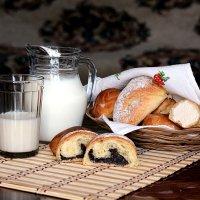 Молоко с булкой. :: Татьяна Беляева