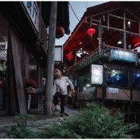 девочка, бегущая вдоль деревенской тропинки :: Ирина Чуднова