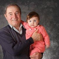Дед с внучкой :: Татьяна Петрова