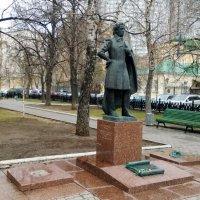Памятник поэту в сквере в Спасопесковском переулке :: Николай Дони